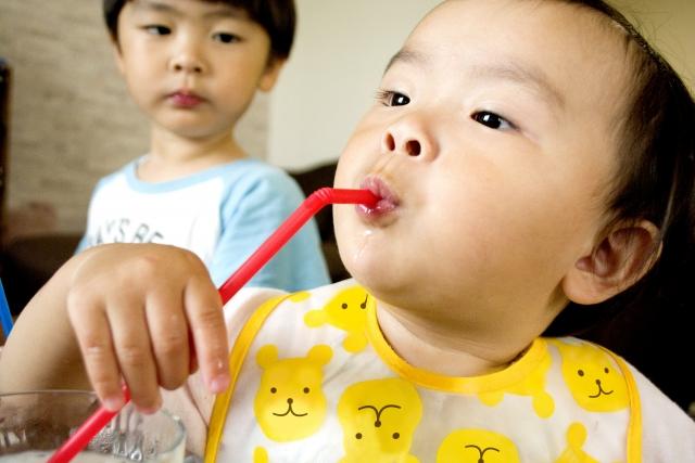 ジュースを飲む子ども